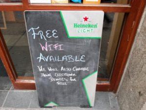 servicio de carga móvil gratuito en bar